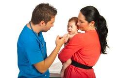 Matka z synem odwiedza lekarkę obraz royalty free