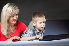 Matka z synem patrzeje na laptopie Zdjęcie Royalty Free