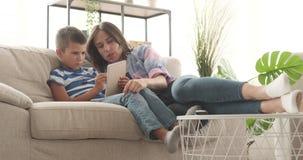 Matka z synem pisze w notepad w domu zbiory wideo