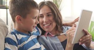 Matka z synem planuje robić liście i pisze zbiory