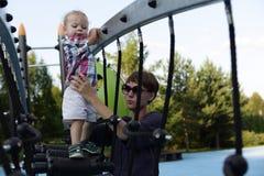 Matka z synem przy boiskiem Zdjęcie Stock