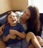 Matka z synem, szczęśliwa rodzina w domu zdjęcie stock