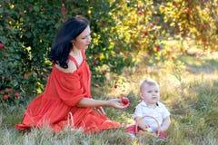 Matka z synem w jabłczanym sadzie fotografia stock