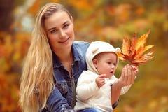 Matka z synem w jesień parku Fotografia Stock