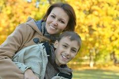 Matka z synem w parku Obraz Stock