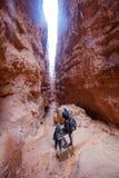 Matka z synem wycieczkuje w Bryka jaru parku narodowym, Utah, usa fotografia stock