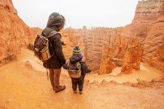 Matka z synem wycieczkuje w Bryka jaru parku narodowym, Utah, usa zdjęcie stock