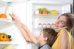 Matka z telefonu pomaga synem dostawać mleko od Zdjęcia Royalty Free