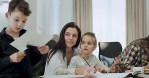 Matka z wielkim uśmiechem rzemiosło czas z jej dzieciakami wydaje dobrego czas wpólnie w żywym pokoju po szkoły zdjęcie wideo