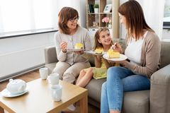 Matki, córki i babci łasowania tort, obraz stock