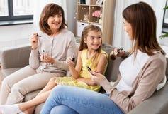 Matki, córki i babci robić, uzupełnia obraz royalty free