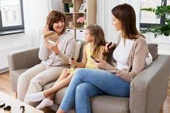 Matki, córki i babci robić, uzupełnia zdjęcie royalty free
