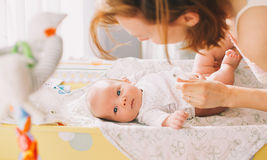 Matki delikatnie opieka dziecko Zdjęcia Royalty Free