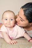 matki dziecka łóżka się uśmiecha Zdjęcia Stock