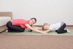 Matki i córki ćwiczy joga zdjęcie royalty free