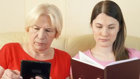 Matki i córki czytelniczy ebook i fizyczny druk rezerwujemy Pojęcie papier vs cyfrowy czytanie zbiory wideo
