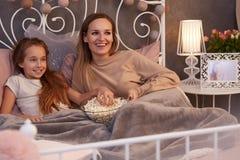 Matki i córki dopatrywania film zdjęcie royalty free