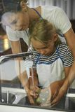 Matki i córki dopatrywania naczynia obrazy stock