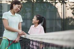 Matki i córki handshaking nad tenisową siecią obrazy stock