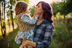 Matki i córki obsiadanie na polu w zmierzchu Fotografia Royalty Free