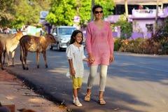 Matki i córki odprowadzenie na drodze Zdjęcia Stock