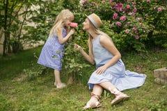 Matki i córki park plenerowy rodzinny styl życia rodzinny odpoczywać wpólnie obrazy stock
