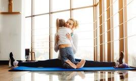 Matki i córki przytulenie w gym Zdjęcie Stock