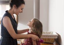 Matki i córki spojrzenie przy each szczęśliwy i obrazy stock
