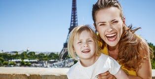 Matki i córki turyści ma zabawa czas w Paryż, Francja Obraz Royalty Free
