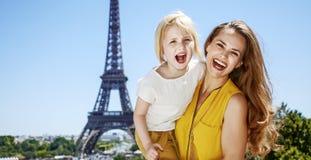 Matki i córki turyści ma zabawa czas w Paryż, Francja Zdjęcia Royalty Free