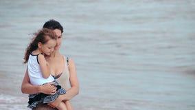 Matki i córki uściśnięcia całowanie na dennej plaży zdjęcie wideo