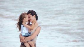 Matki i córki uściśnięcia całowanie na dennej plaży zbiory wideo