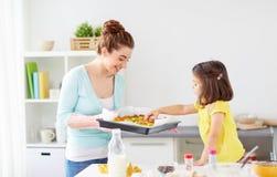 Matki i córki wypiekowi muffins w domu Obrazy Stock