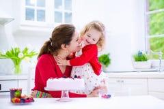 Matki i córki wypiekowy truskawkowy kulebiak Zdjęcia Stock