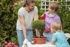 Matki i chłopiec zakupy w ogrodnictwa centrum obraz stock