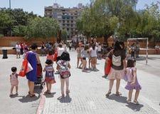 Matki i dzieci opuszcza szkoły zdjęcie royalty free