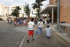 Matki i dzieci przyjeżdża przy szkołą obraz stock