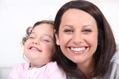 Matki i dziecka śmiać się Obrazy Stock