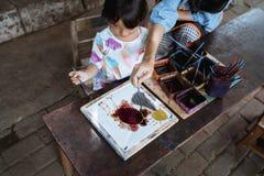 Matki i dziecka azjata robi batika wzorowi fotografia stock