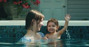 Matki i dziecka córka cieszy się pływanie zbiory