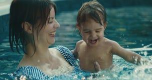 Matki i dziecka córka cieszy się pływanie zdjęcie wideo