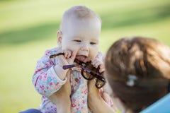 Matki i dziecka córka w lato parku Dziewczyna bawić się z matka okularami przeciwsłonecznymi zdjęcie royalty free