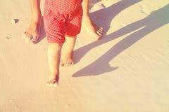 Matki i dziecka cieki chodzi na piasku wyrzucać na brzeg Obraz Royalty Free