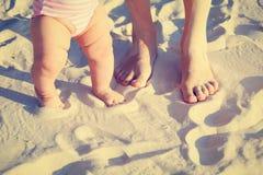 Matki i dziecka cieki na lato plaży Fotografia Stock