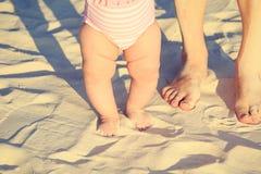 Matki i dziecka cieki na plaży Obrazy Royalty Free