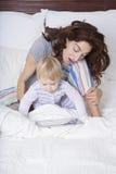 Matki i dziecka dopatrywania pastylka Fotografia Stock