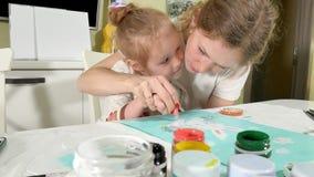 Matki i dziecka farba z barwionymi palcami Gry z dziećmi wpływają rozwój wcześni dzieci obraz stock