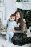 Matki i dziecka obsiadanie w krześle grabą Fotografia Royalty Free
