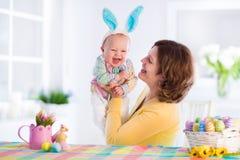 Matki i dziecka odświętności wielkanoc w domu Obraz Royalty Free