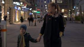 Matki i dziecka odprowadzenie w zakupy ulicie Wiedeń, Austria zbiory